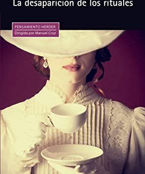 Senyora elegant prenent el tè amb el rostre ocult